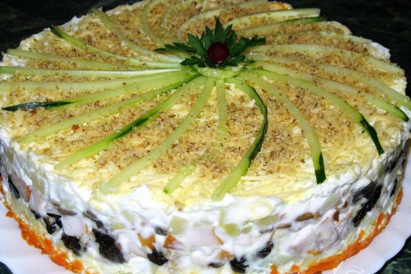 Салат з куркою та маринованими грибами