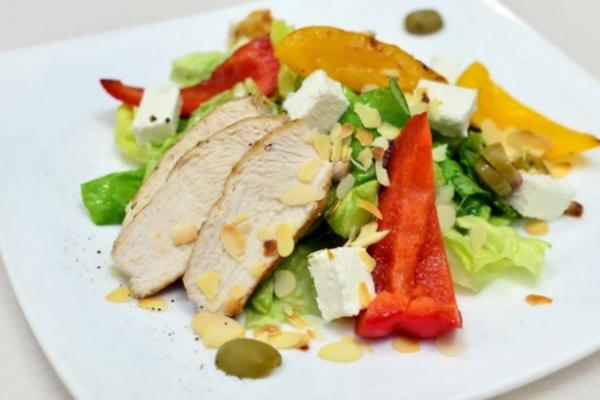 Салат с сыром ''Фета'' и курицей