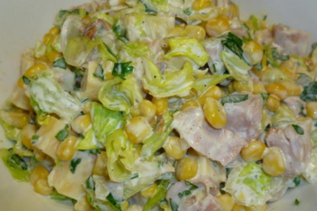 Салат з копченою куркою та кукурудзою