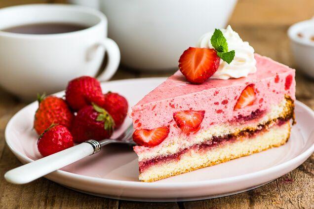 Йогуртовий торт із полуницею