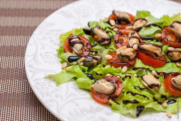 Салат з мідіями та авокадо