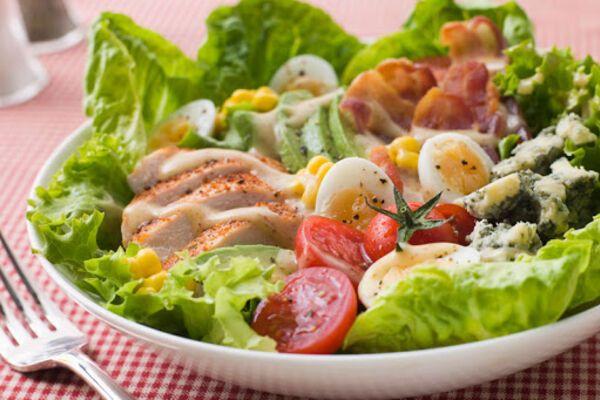 Салат з м'ясом курки та авокадо