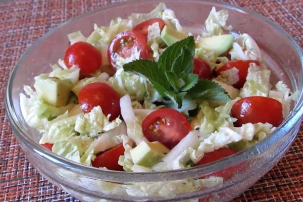 Салат з авокадо та пекінською капустою