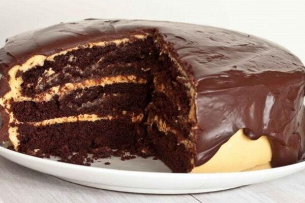 Шоколадный торт с вишней и сгущенкой