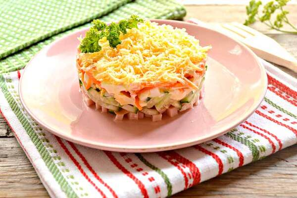 Салат з корейською морквою, куркою і грибами