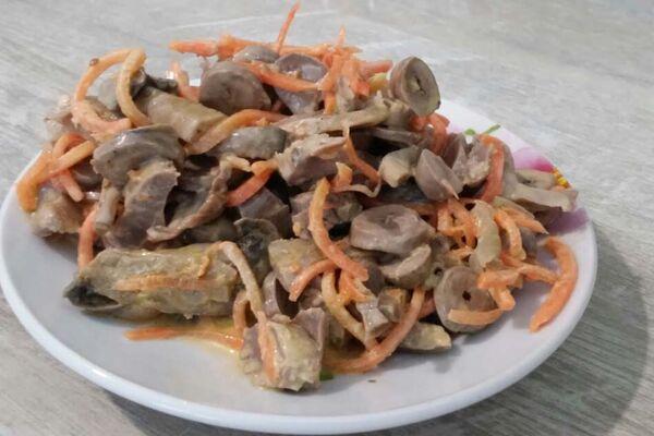 Салат зі шлунками і корейською морквою