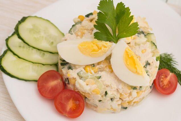 Салат з курячою грудкою та кукурудзою