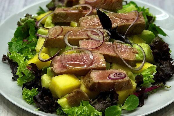 Салат с манго и тунцом