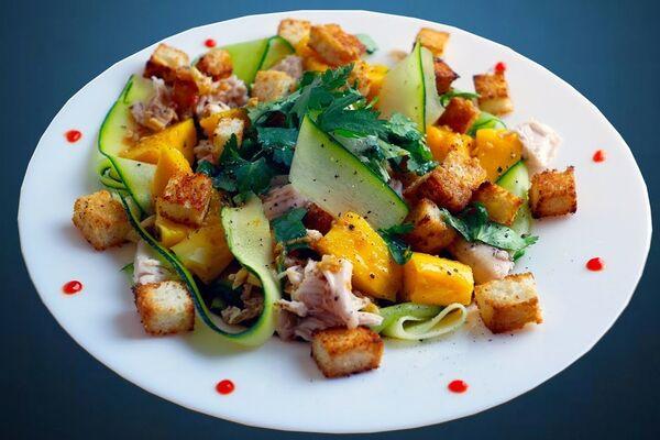 Салат с манго, авокадо и куриной грудкой