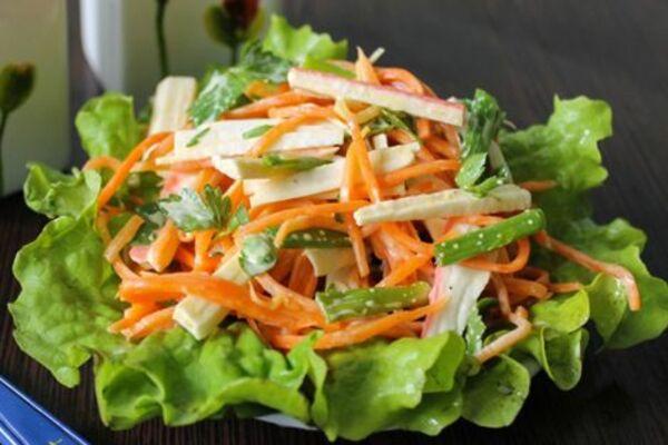 Салат з куркою, корейською морквою і огірком