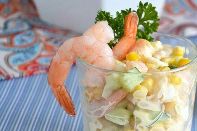 Салат с креветками и консервированной кукурузой