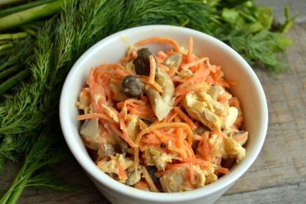 Салат з корейською морквою куркою і грибами