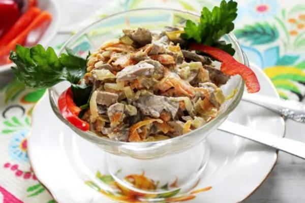 Салат з курячою печінкою і корейською морквою