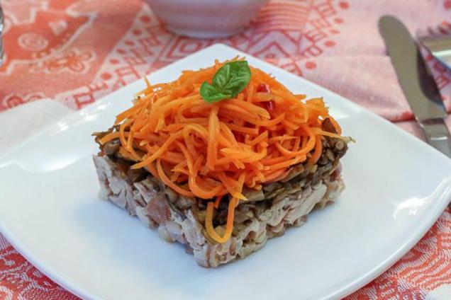 Салат з корейською морквою і грибами