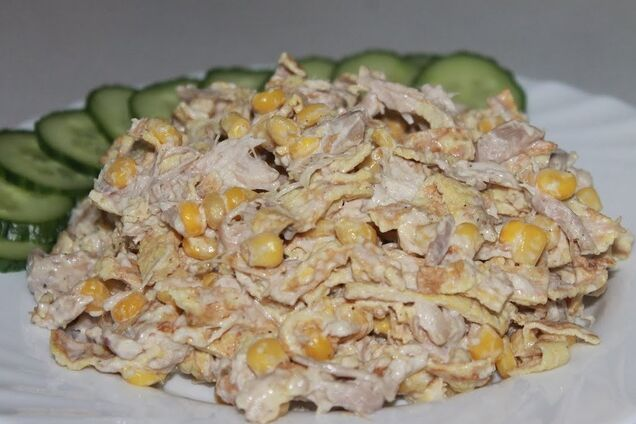 Салат с омлетом и кукурузой