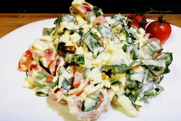 Салат з черемшею та помідорами