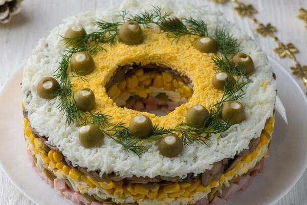 Салат с оливками и кукурузой