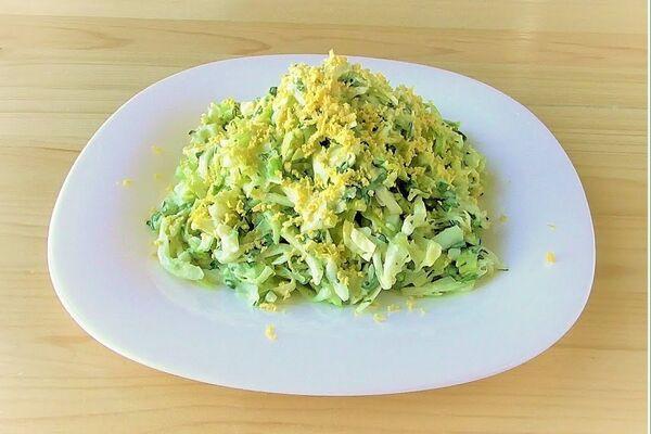 Салат с черемшой и капустой