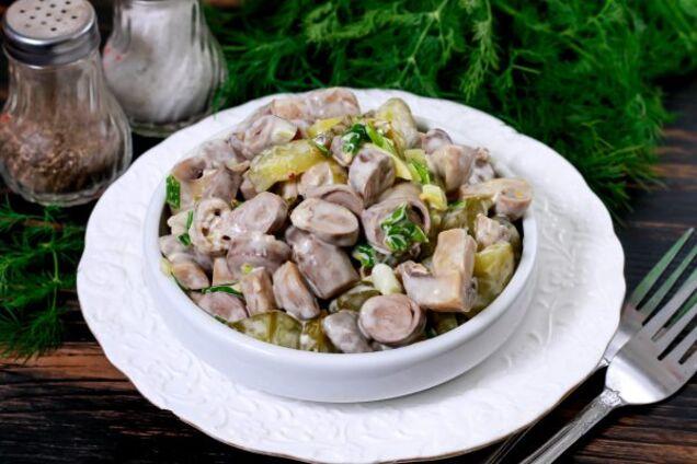 Салат с куриными сердечками и шампиньонами