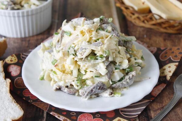 Салат з курячими сердечками і сиром