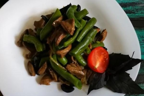 Салат з курячими сердечками і квасолею