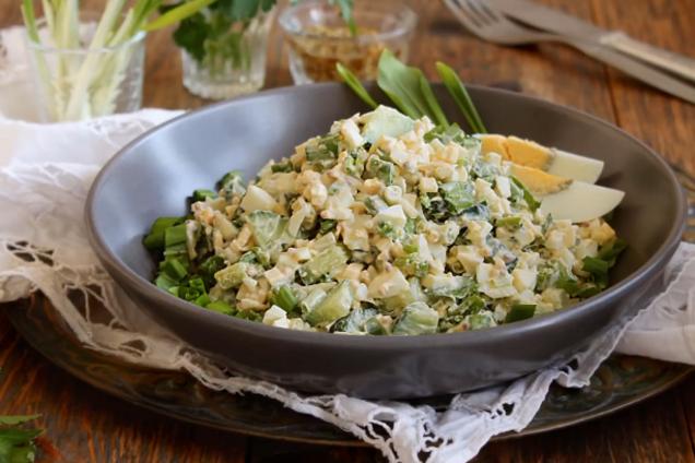 Простий салат з черемшею