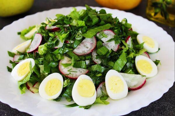Салат с черемшой, яйцом и редисом