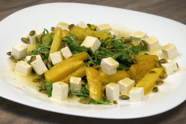 Салат з печеним гарбузом і бринзою