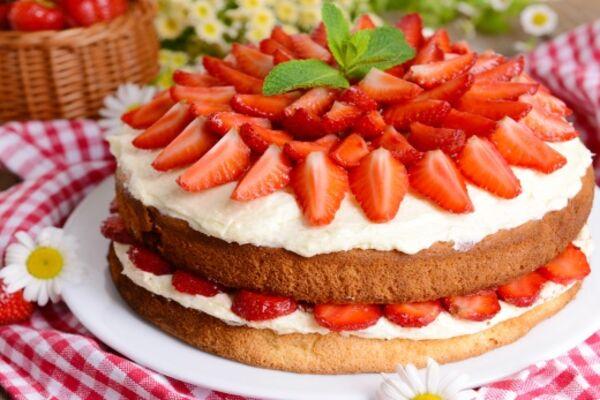 Торт з полуницею і сметаною