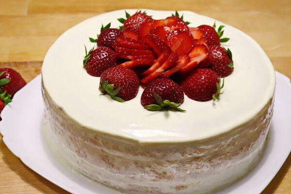 Бисквитный торт с клубникой и сметанным кремом