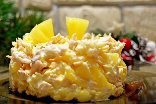 Салат з сиром, ананасом і куркою