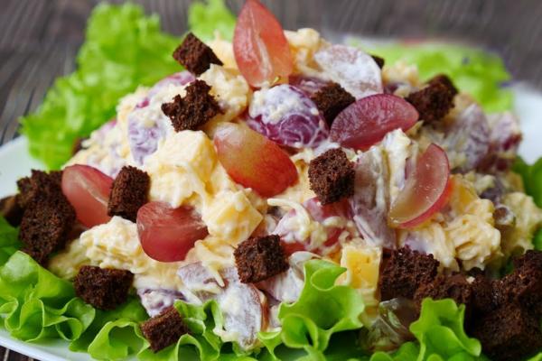 Салат з виноградом, сиром та часником