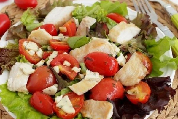 Салат з куркою та помідорами