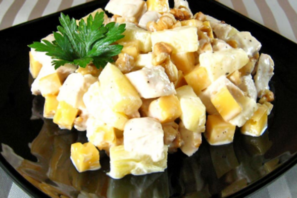Салат з крабовими паличками та ананасом