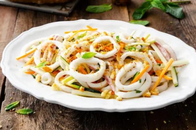 Ніжний салат із кальмарами