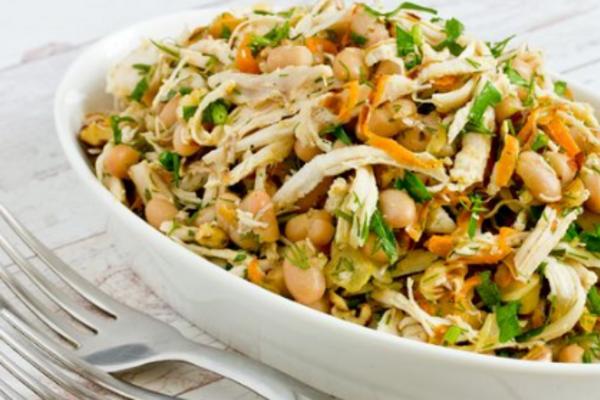 Салат с курицей, орехами и фасолью