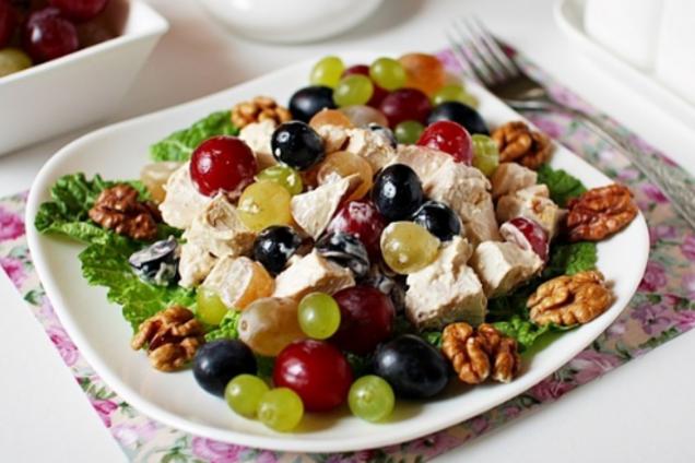 Слоеный салат с курицей и виноградом