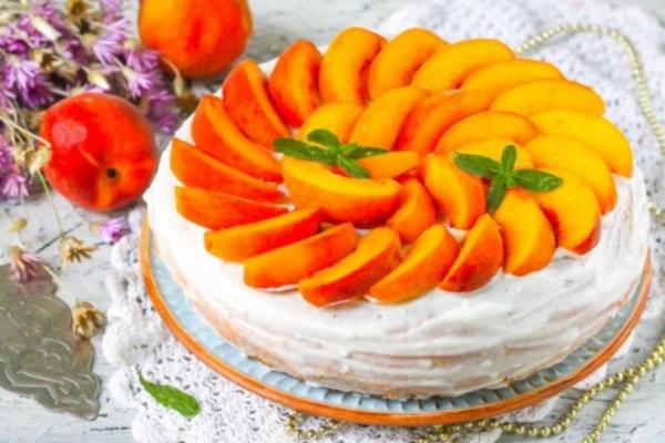 Торт з персиками та вершками