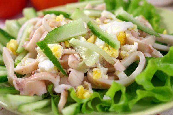 Салат с кальмарами, яйцом и огурцом