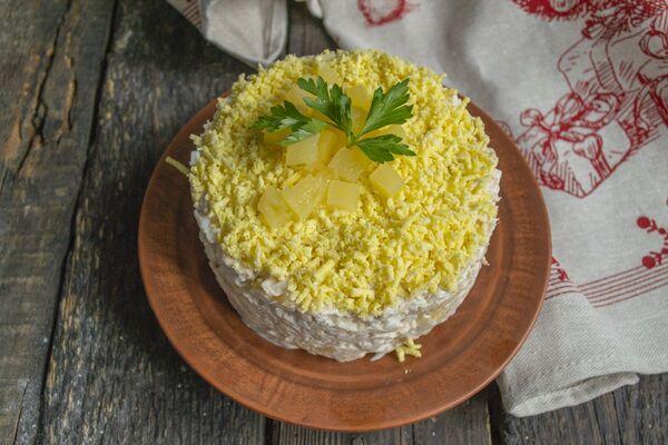 Салат з копченою куркою і ананасами