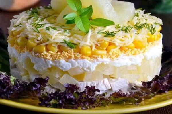 Багатошаровий салат з ананасами