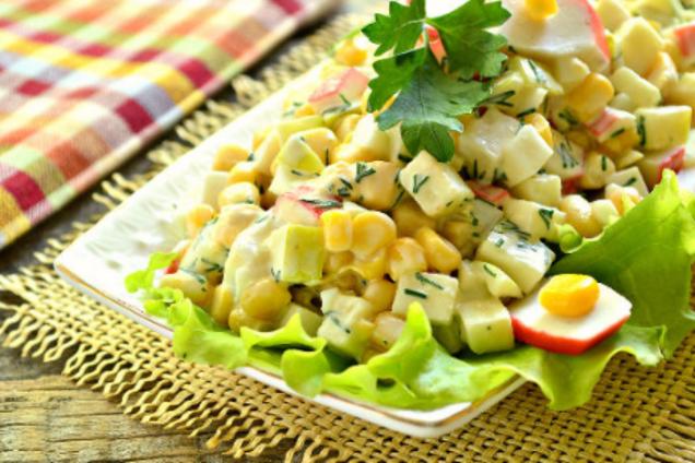 Салат с крабовыми палочками, яблоком и плавленым сыром