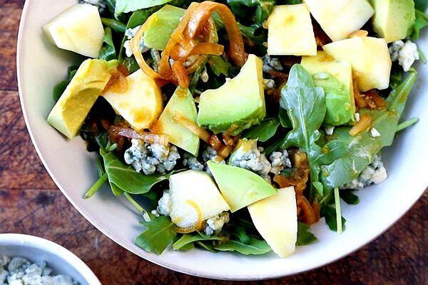 Салат с авокадо и яблоком