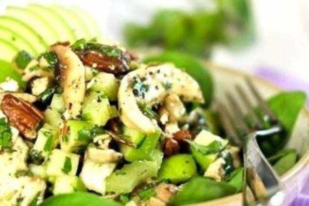 Салат с авокадо, курицей и яблоком
