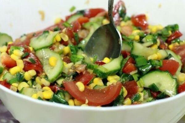 Салат із черемші з кукурудзою та помідорами