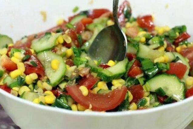 Салат из черемши с кукурузой и помидорами