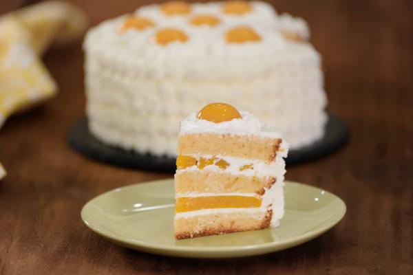 Бісквітний торт із консервованими персиками