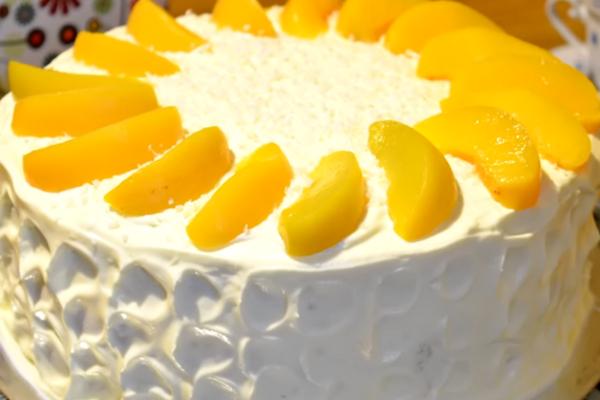 Бісквітний торт із персиками