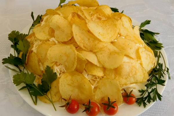 Салат з чипсами та крабовими паличками