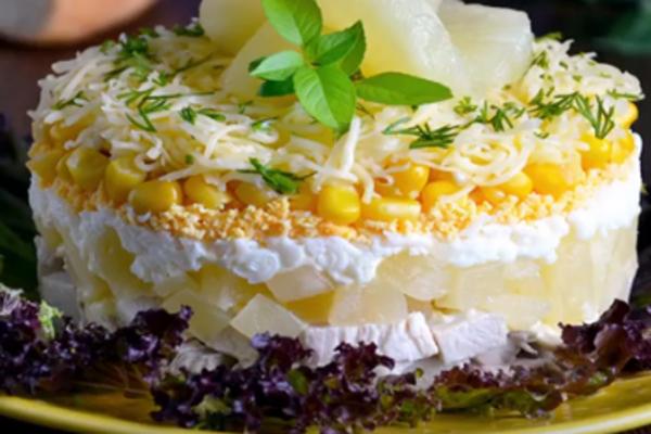 Салат с ананасами, мясом и кукурузой